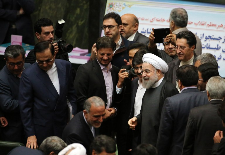 Iranian President Hassan Rouhani (C) arrives to parliament ahead of presenting the proposed annual budget in the capital Tehran, on January 17, 2016, after sanctions were lifted under Tehran's nuclear deal with world powers. (AFP / ATTA KENARE)