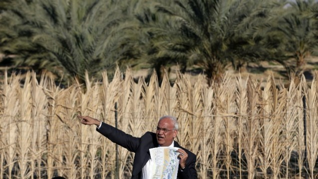 Palestinian chief negotiator Saeb Erekat shows a map as he addresses journalists on January 20, 2016 in the West Bank city of Jericho. (AFP/AHMAD GHARABLI)