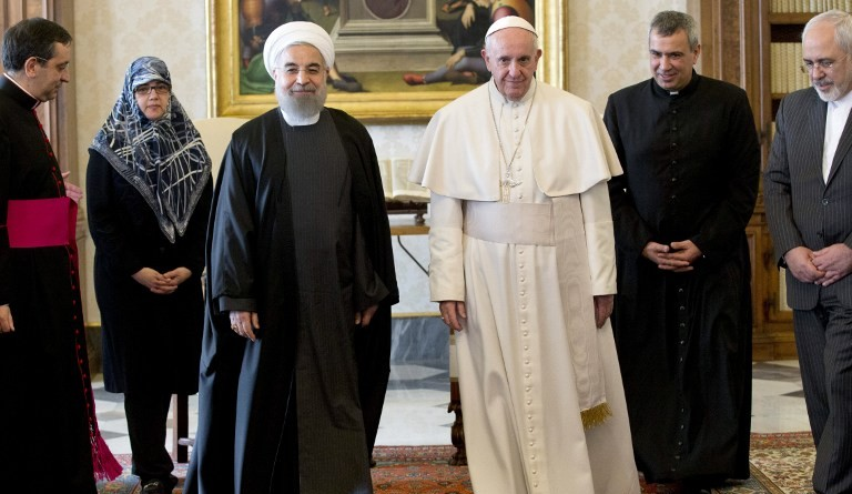 Pope Francis (2nd R) poses during his meeting with Iranian President Hassan Rouhani (3rd R) flanked by Iranian Foreign Minister Mohammad Javad Zarif (R) on January 26, 2016, at the Vatican (AFP / POOL / ANDREW MEDICHINI)