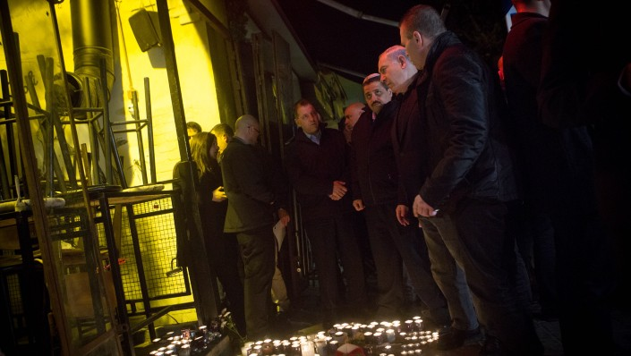 Prime Minister Benjamin Netanyahu (center) visits a pub on Dizengoff Street in central Tel Aviv on January 2, 2016, a day after two people were killed in a shooting at the bar and several injured (Miriam Alster/Flash90)