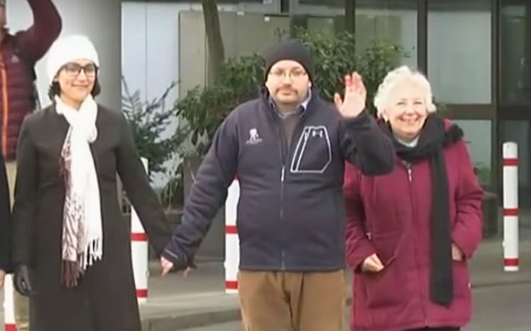 Washington Post reporter Jason Rezaian, center, appears with his wife Yeganeh Salehi and mother Mary Reazaian in Germany on January 20, 2016, following his release from Iranian custody (screen capture: YouTube)