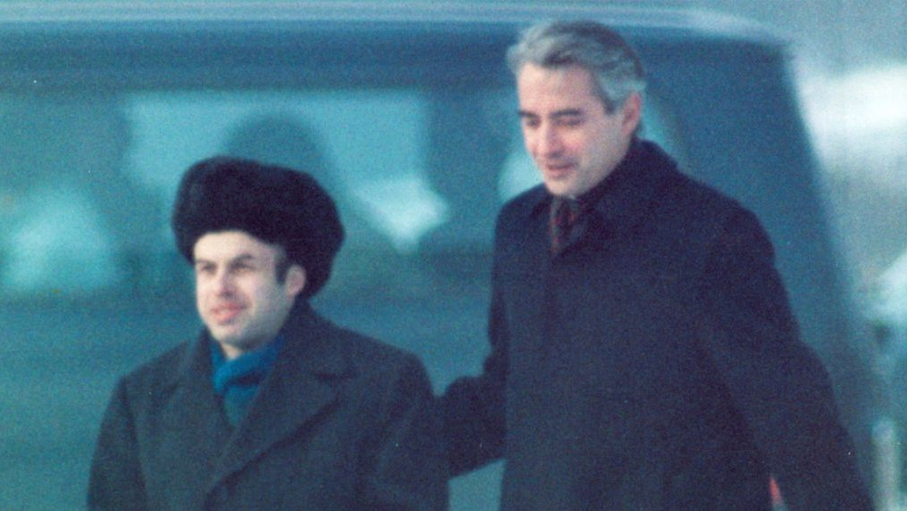 Natan (Anatoly) Sharansky is escorted by US Ambassador Richard Burt after Sharansky had crossed the border at Glienicker Bridge on Feb. 11, 1986 at the start of an East-West spy and prisoner exchange in Berlin. (AP Photo/Heribert Proepper)