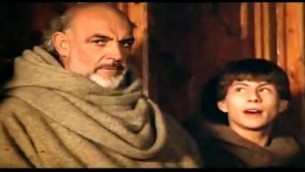 "Sean Connery (William de Baskerville, à droite) et Christian Slater (Adso de Melk) dans le ""Nom de la Rose"", adapté depuis le roman d'Umberto Eco par Jean-Jacques Annaud. (Crédit : capture d'écran YouTube)"