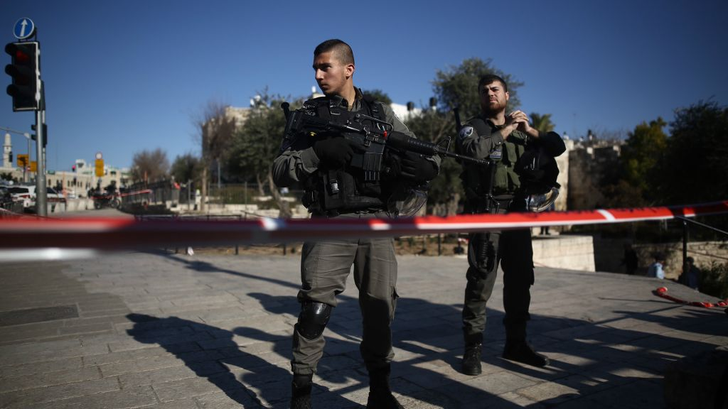 Police at the scene of a shooting and stabbing attack near Damascus Gate, Jerusalem, February 3, 2016 (Yonatan Sindel/Flash90)