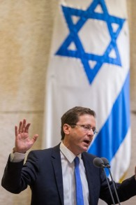 Isaac Herzog addresses the Knesset on February 10, 2016. (Yonatan Sindel/Flash90)