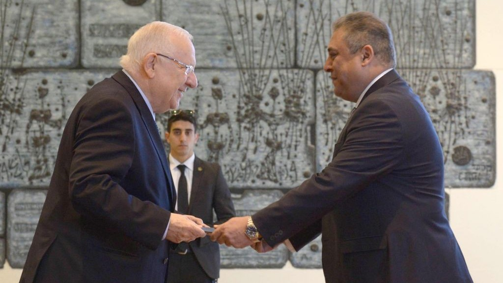 President Reuven Rivlin (L) with incoming Egyptian ambassador to Israel Hazem Khairat during a ceremony for new ambassadors at the President's Residence in Jerusalem, February 25, 2016. (Mark Neyman/GPO)