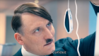 "Hitler (Olivier Masucci) dans ""Look Who's Back"". (Crédit : capture d'écran YouTube)"