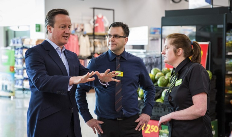 British Prime Minister David Cameron (L) speaks to employees as they visit a supermarket in west London on May 22, 2016 (AFP PHOTO / POOL / JACK TAYLOR)