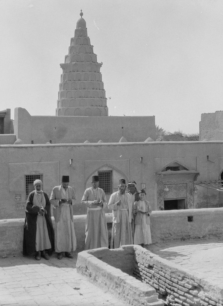 A 1932 photograph of Ezekiel's Tomb at Kifel, in southeastern Iraq. The area was inhabited by Iraqi Jews, some of whom appear in the photo. (American Colony, Jerusalem, Photo Dept. / Eric and Edith Matson Photograph Collection / Wikipedia)