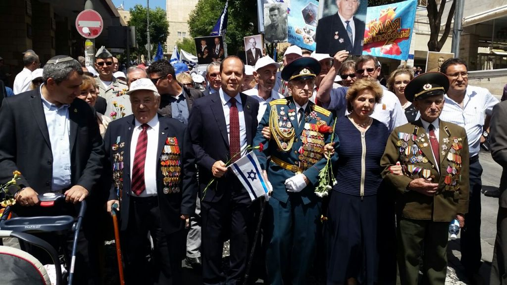 World War II veterans pose with Jerusalem Mayor Nir Barkat during a march to commemorate V-E Day in the capital on Sunday, May 8, 2016 (Barry Rosenberg)