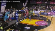 Capture d'écran du match de basket ayant opposé le Hebraica Macabi au Defensor Sporting, à Montevideo, le 4 mai 2016. (Capture d'écran/YouTube)
