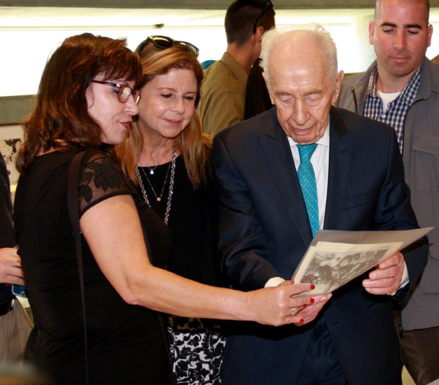 Former president Shimon Peres meets with Israelis rescued from a hijacking in Entebbe 40 years ago, on June 27, 2016. (Courtesy: Gidi Levyatan)