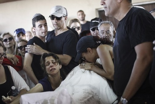 Family and friends mourn the death of Ido Ben Ari, murdered in a shooting attack at the Sarona Market in Tel Aviv, June 9, 2016. (Photo by Miriam Alster/Flash90)