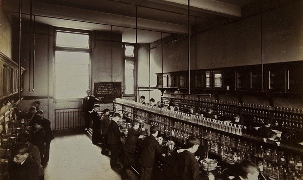 Chemistry Laboratory, 1908 (credit - Jewish Museum London)