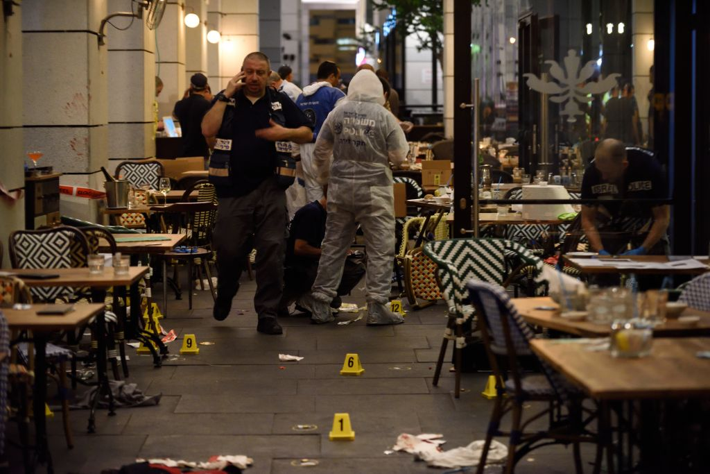 Israeli security forces at the scene where a terrorist opened fire at the Sarona Market shopping center in Tel Aviv, on June 8, 2016. (Gili Yaari/Flash90)