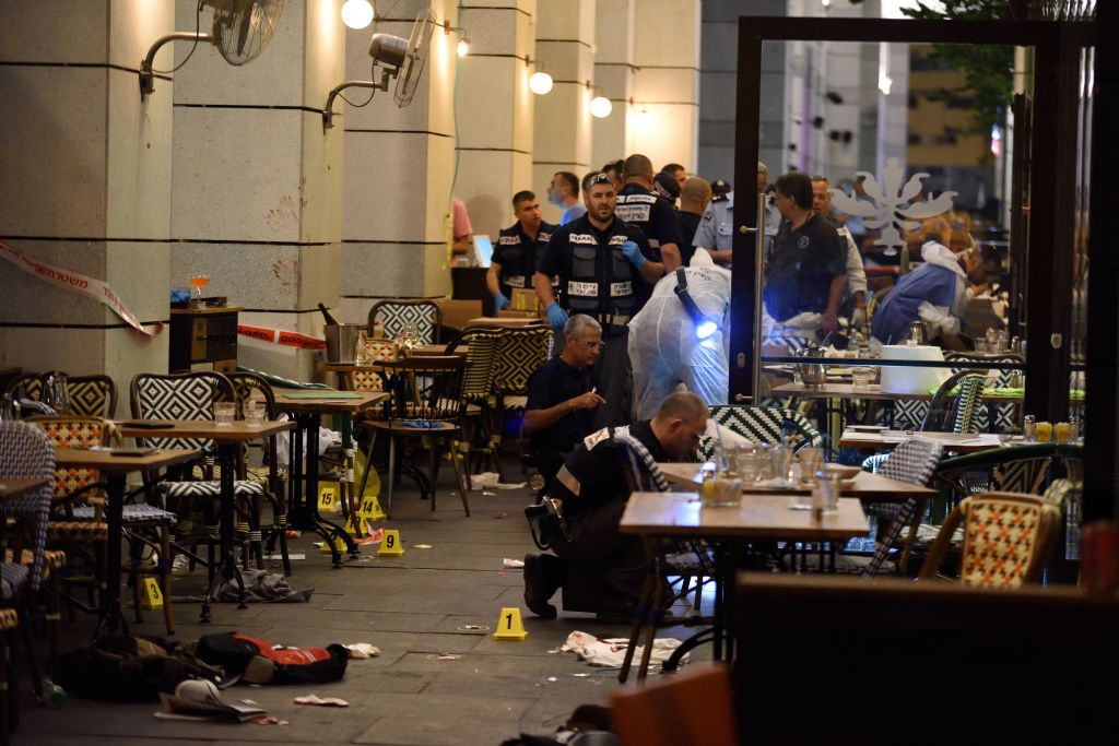 Israeli security forces at the scene of a deadly shooting attack at the Sarona Market shopping center in Tel Aviv, June 8, 2016. (Gili Yaari/Flash90)