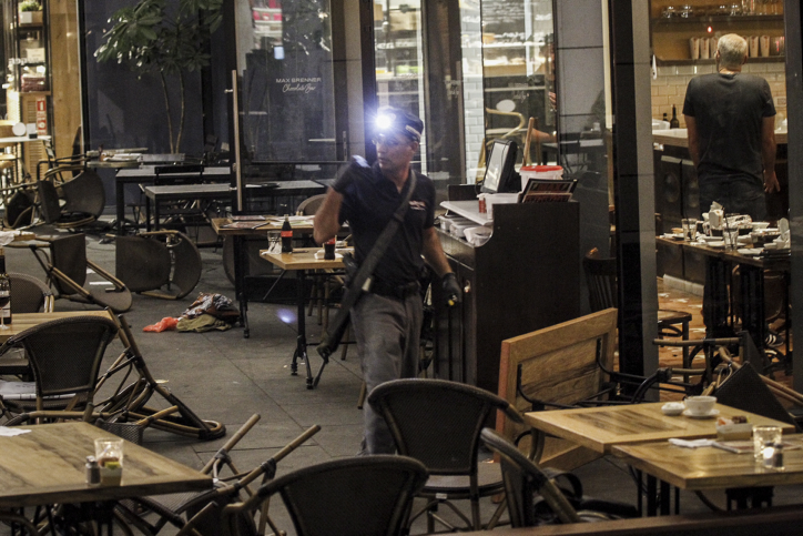 Israeli security forces at the scene where a terrorist opened fire at the Sarona Market shopping center in Tel Aviv, on June 8, 2016. (Miriam Alster/Flash90)