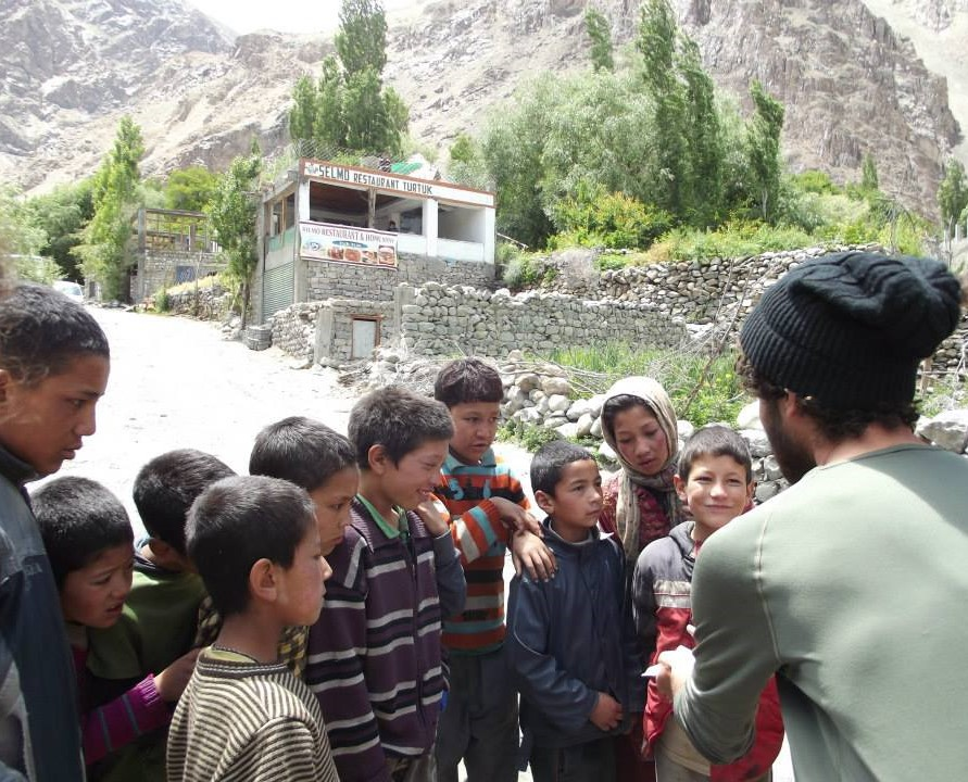 Shalev Paller performs a magic trick for kids in India's Nubra Valley (Courtesy: Shalev Paller)