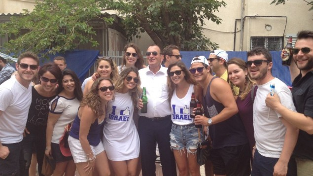 Young Olim celebrating with Mayor Ron Huldai of Tel Aviv