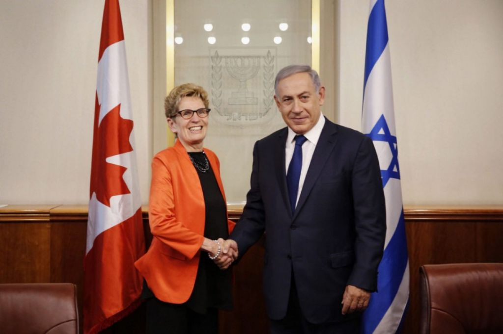 Prime Minister Benjamin Netanyahu shakes hands with Ontario Premier Kathleen Wynne at his office in Jerusalm on May 18, 2016. (Courtesy/Office of Premier Kathleen Wynne)