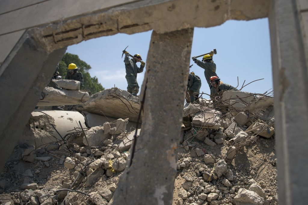 Soldiers in the IDF Home Front Command's search and rescue units clear debris during a large-scale exercise in Zikim near the Gaza border on July 3, 2016. (IDF Spokesperson's Unit)