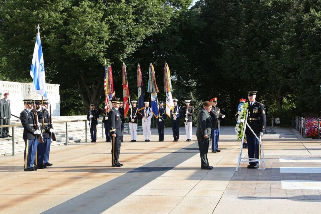 Chairman of the US Joint Chiefs of Staff Joseph Dunford and IDF Chief of Staff Gadi Eisenkot take part in an honor guard ceremony outside the Pentagon on August 4, 2016. (IDF Spokesperson's Unit)