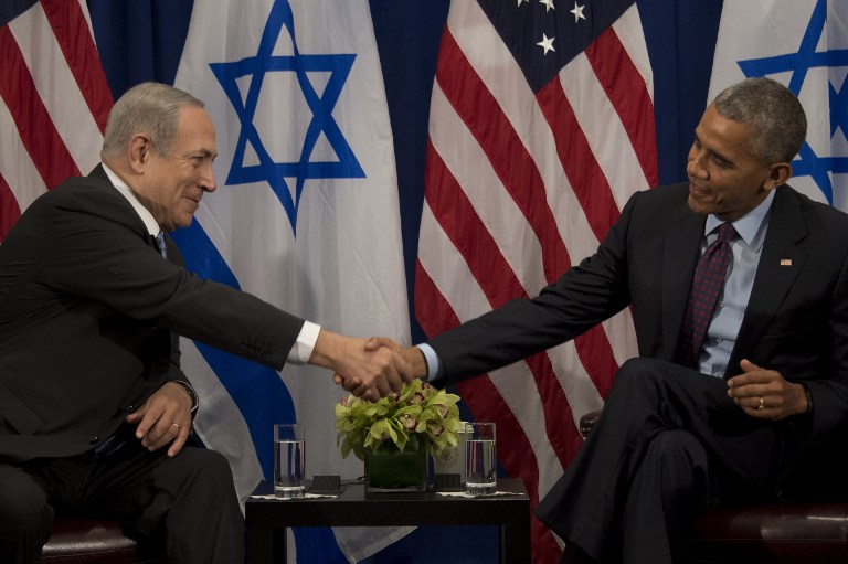 US President Barack Obama, right, shakes hands with Israeli Prime Minister Benjamin Netanyahu during a bilateral meeting in New York, September 21, 2016. (AFP/Jim Watson)