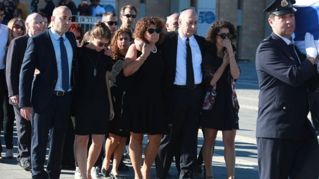 Shimon Peres' family arrive at the funeral on Mount Herzl.