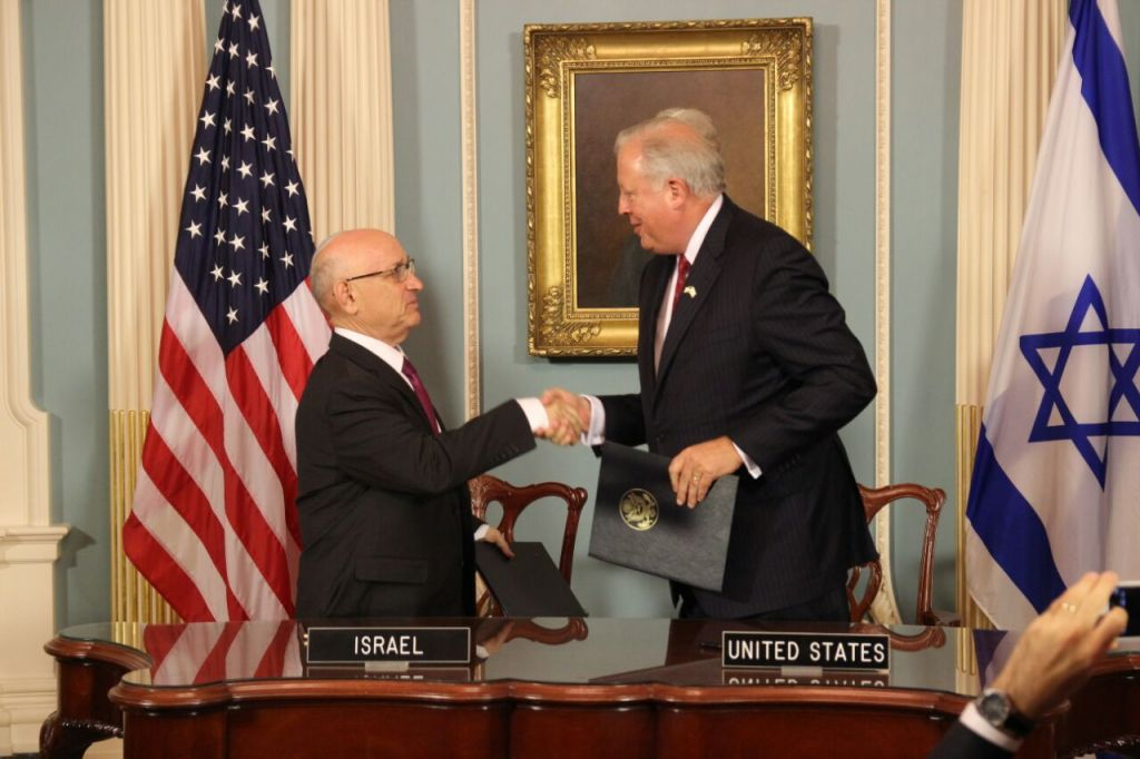 The acting head of Israel's National Security Council, Yaakov Nagel, and US Under Secretary of State for Political Affairs Thomas Shannon, after signing the US-Israel military aid deal in the State Department on September 14, 2016 (Israeli Embassy, Washington)