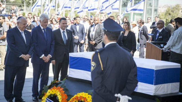 clinton-at-peres-coffin-1