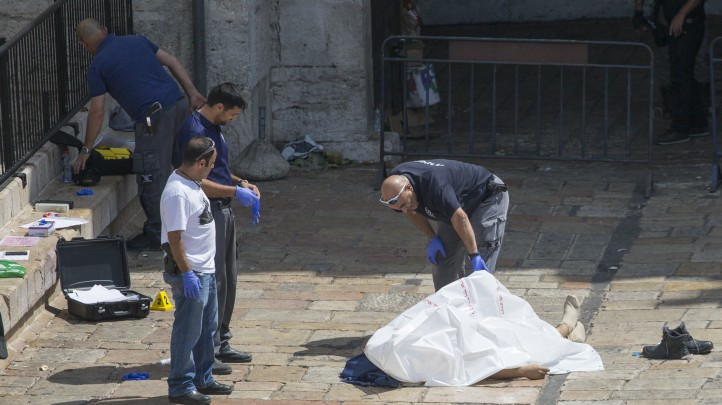Israeli security forces near the body of a Jordanian attacker at the scene of an attempted stabbing attack at Damascus Gate in Jerusalem on September 16, 2016 (Yonatan Sindel/Flash90)