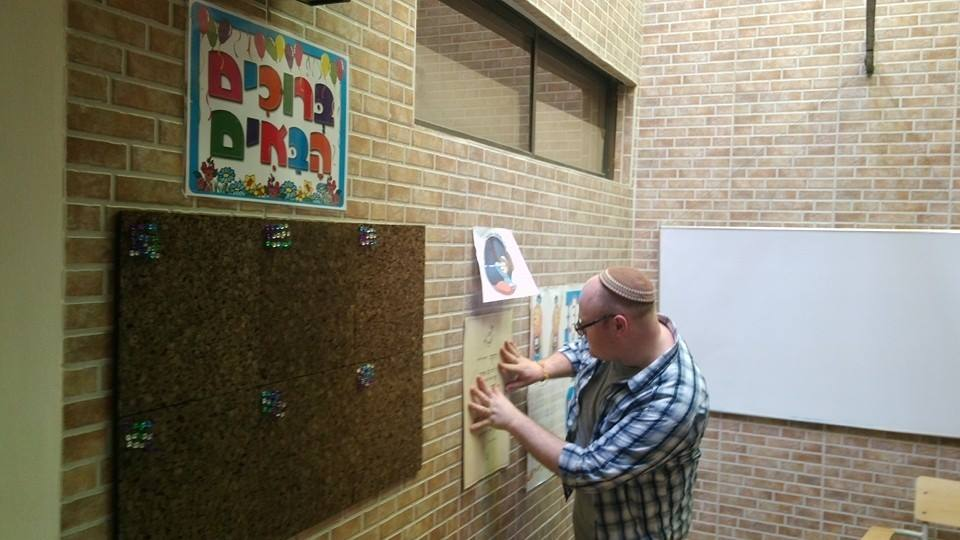 Rabbi Joshua Barton from Nashville, TN, who led a group of Hillel students from Vanderbilt in 2015 decorating the walls at Shirat Hayam. (Courtesy)