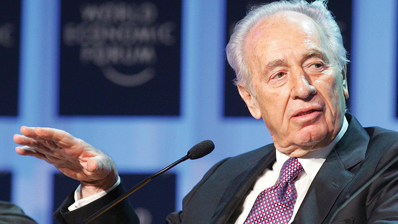 Shimon Peres speaks at a World Economic Forum in Davos, Switzerland, on January 28, 2005. (Marcel Bieri)