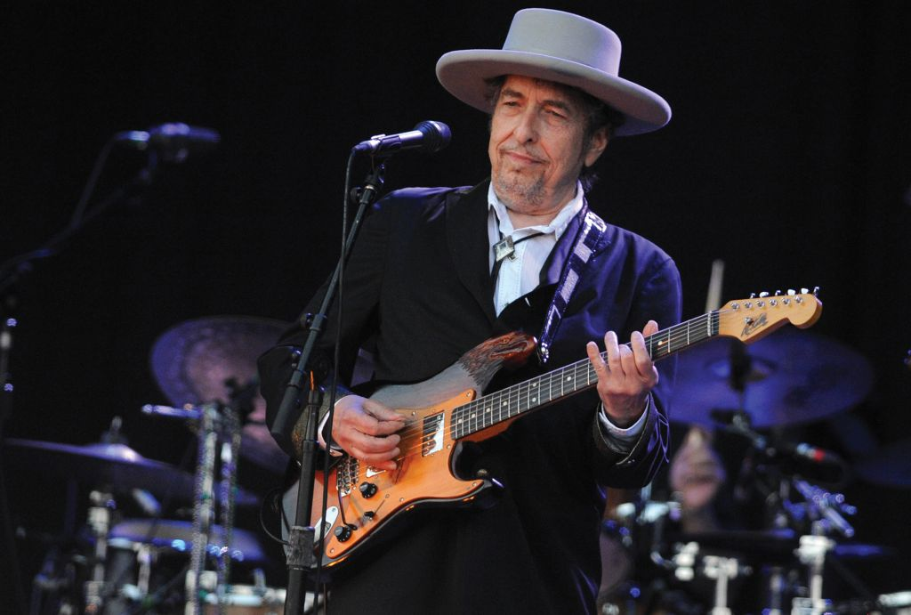 Bob Dylan accepts 2016 Nobel Prize for Literature at last