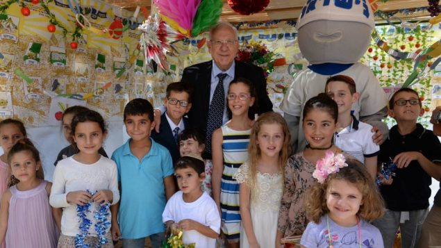 pres-rivlin-children-decorate-his-sukkah