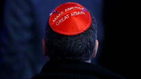 Un homme manifeste son soutien à Donald Trump sur sa kippa le soir de l'élection, à New York, le 8 novembre 2016. ( Crédits : Jessica Rinaldi/The Boston Globe via Getty Images)