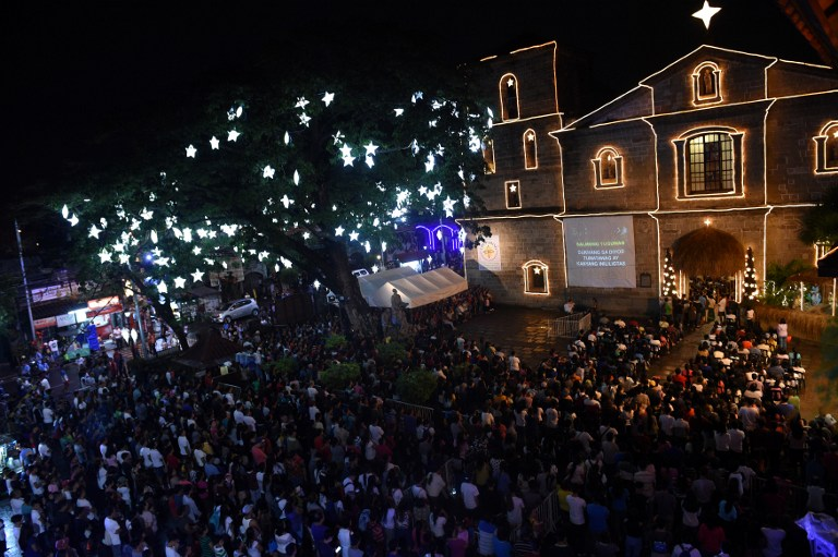 Catholic faithfuls attend the first of nine dawn masses at a church in Las Pinas, suburban Manila on December 16, 2016 to signal the official start of the Christmas season. (AFP PHOTO / TED ALJIBE)