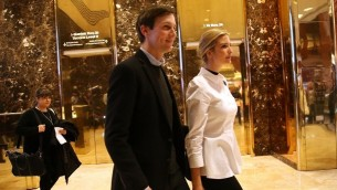 Ivanka Trump, la fille du président américain élu Donald Trump, et son époux Jared Kushner dans l'entrée de la Trump Tower, à New York, le 18 novembre 2016. (Crédit : Spencer Platt/Getty Images/AFP)