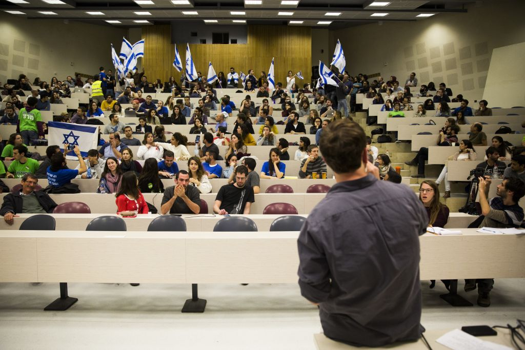 Students protest during a talk by the Breaking The Silence NGO at the Hebrew University, December 22, 2015. (Hadas Parush/Flash90)