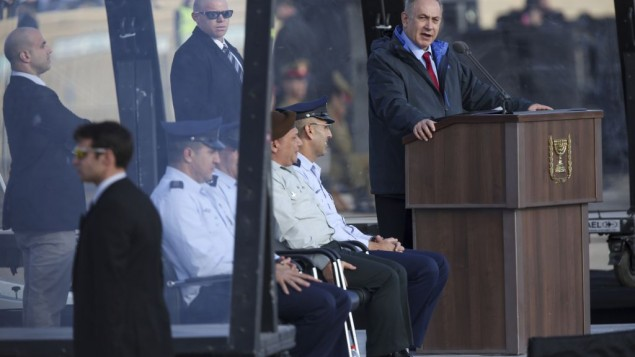 Prime Minister Benjamin Netanyahu speaks at the Israeli Air Force graduation ceremony for pilots at the Hatzerim Air Base in the Negev Desert on December 29, 2016. (Photo by Miriam Alster/Flash90)