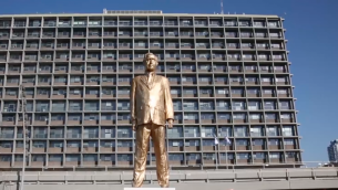 Screenshot of the golden Bibi statue in Tel Aviv, from a Haaretz video
