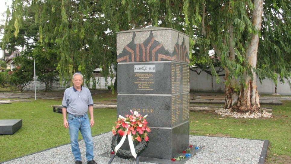 Jacob Steinberg au Paramaribo Holocaust memorial. (Crédit : autorisation)