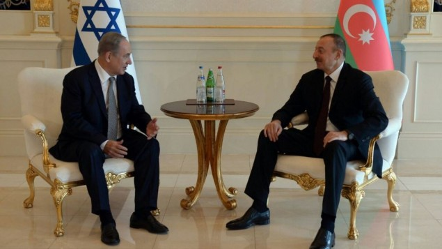 Israeli Prime Minister Benjamin Netanyahu (L) meets with Azerbaijani President Ilham Aliyev (R) during a visit to Baku on December 13, 2016 (Haim Zach/GPO)