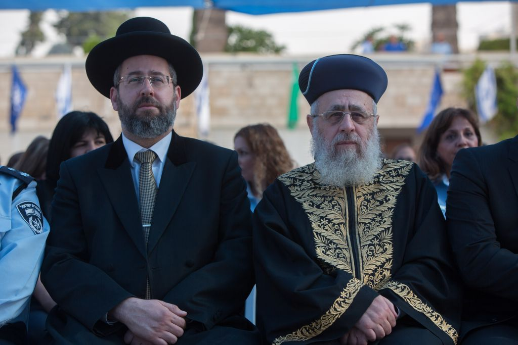 Ashkenazi Chief Rabbi David Lau, left, and Sephardi Chief Rabbi Yitzhak Yosef attending a New Year's ceremony at the national headquarters of the Israel Police in Jerusalem, September 7, 2015. (Yonatan Sindel/Flash90)