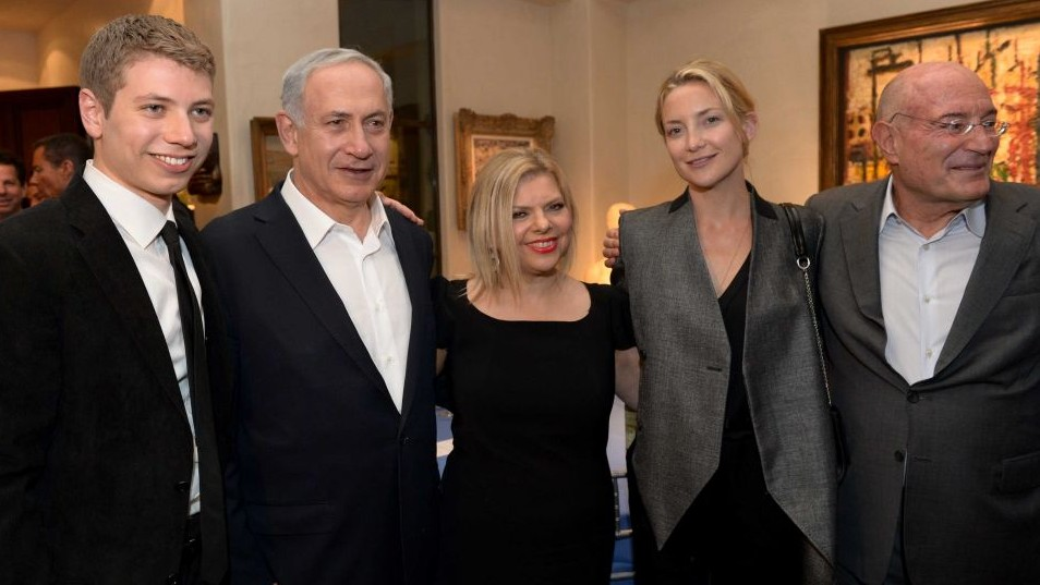 Prime Minister Benjamin Netanyahu, his wife Sara (C) and their son Yair seen with actress Kate Hudson at an event held at the home of producer Arnon Milchan (right), March 6, 2014. (Avi Ohayon/GPO/Flash90)