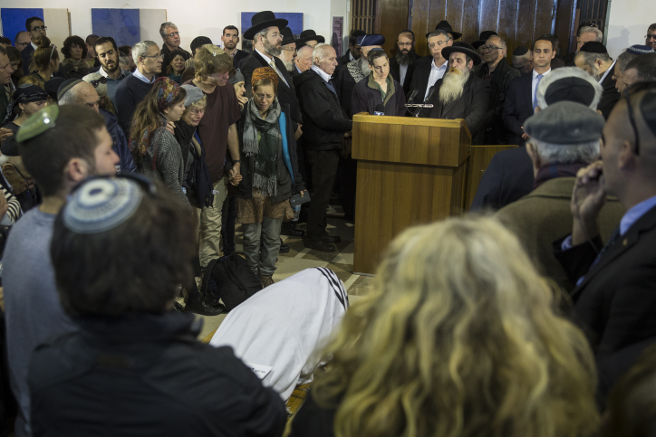 Family, friends and politicians attend former justice minister Yaakov Neeman's funeral at Jerusalem's Great Synagogue on January 2, 2017. (Hadas Parush/Flash90)