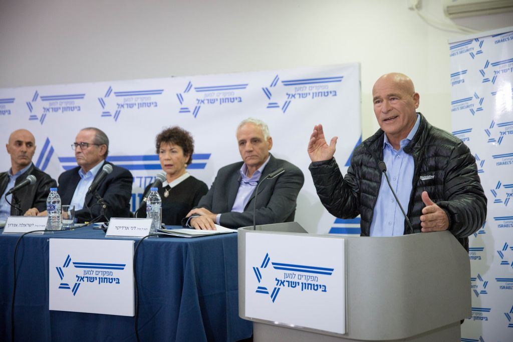Former Israel Police commissioner Asaf Hefetz speaks at a press conference organized by 'Commanders for Israel's Security' in Tel Aviv on January 15, 2017. (Miriam Alster/Flash90)