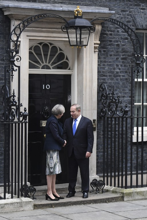 embarrassing israeli pm kept waiting outside 10 downing street. Black Bedroom Furniture Sets. Home Design Ideas