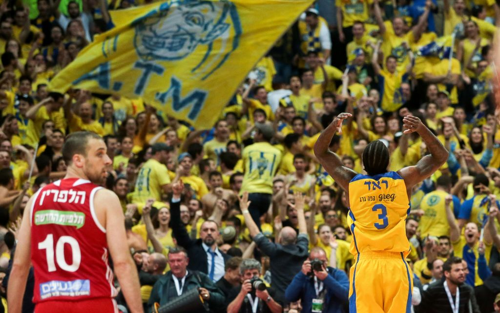 Maccabi Tel Aviv Basketball team against Hapoel Jerusalem in the National Cup final game in Jerusalem, on February 17, 2017. (Flash90)