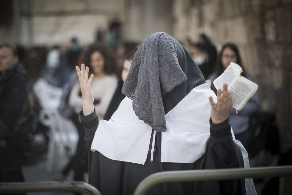 An ultra-Orthodox woman protests against the Women of the Wall as they hold a monthly prayer service at the Western Wall in Jerusalem's Old City, February 27, 2017 (Hadas Parush/Flash90)